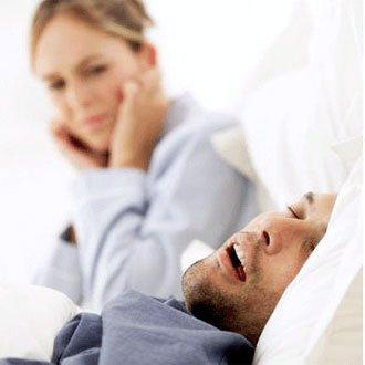 Ребенок спит и храпит носом